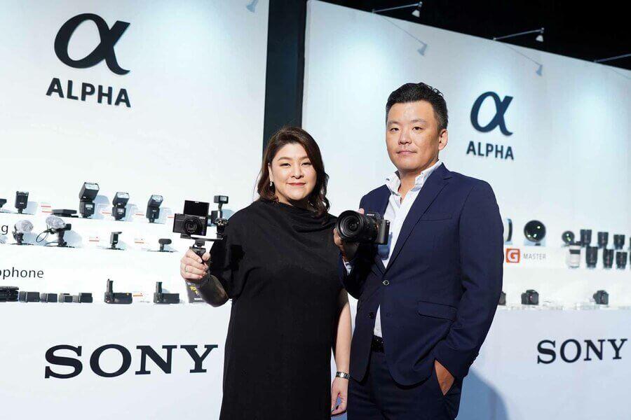 ซ้าย ลีลนา เพียรพิริยะ ผู้จัดการอาวุโส แผนกการตลาดผลิตภัณฑ์ดิจิตอล อิมเมจจิ้ง ขวา มร. เท็ทซูทากะ ซูดะ ผู้จัดการทั่วไป ฝ่ายการตลาด Sony